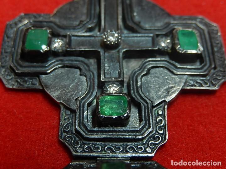 Antigüedades: Cruz de plata antigua, con esmeraldas y brillantes. - Foto 20 - 126578215