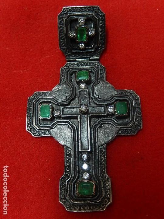 CRUZ DE PLATA ANTIGUA, CON ESMERALDAS Y BRILLANTES. (Antigüedades - Religiosas - Cruces Antiguas)