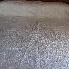 Antigüedades: BONITA COLCHA BLANCA CON FLORES DE REALCE, SIN ESTRENAR,. Lote 126587823