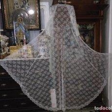 Antigüedades: ANTIGUO ABRIGO DE TRAJE NOVIA ENCAJES TIPO CHANTILLY CHANTILLI MAS DE 2 METROS IDEAL VIRGEN. Lote 126616099