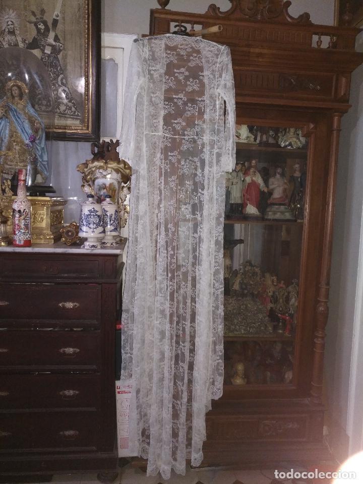 Antigüedades: ANTIGUO ABRIGO DE TRAJE NOVIA ENCAJES TIPO CHANTILLY CHANTILLI MAS DE 2 METROS IDEAL VIRGEN - Foto 6 - 126616099
