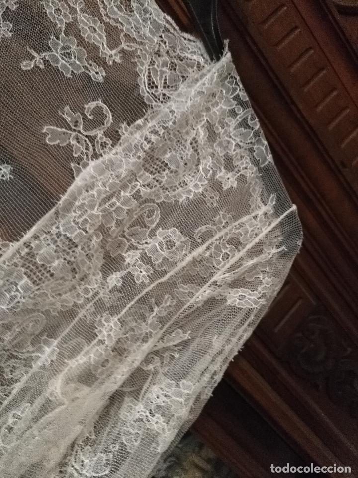 Antigüedades: ANTIGUO ABRIGO DE TRAJE NOVIA ENCAJES TIPO CHANTILLY CHANTILLI MAS DE 2 METROS IDEAL VIRGEN - Foto 24 - 126616099