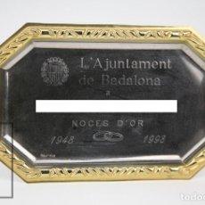 Antigüedades: BANDEJA / PLACA CONMEMORATIVA NOCES D'OR / BODAS DE ORO - AJUNTAMENT DE BADALONA - 1948-1998. Lote 126625295