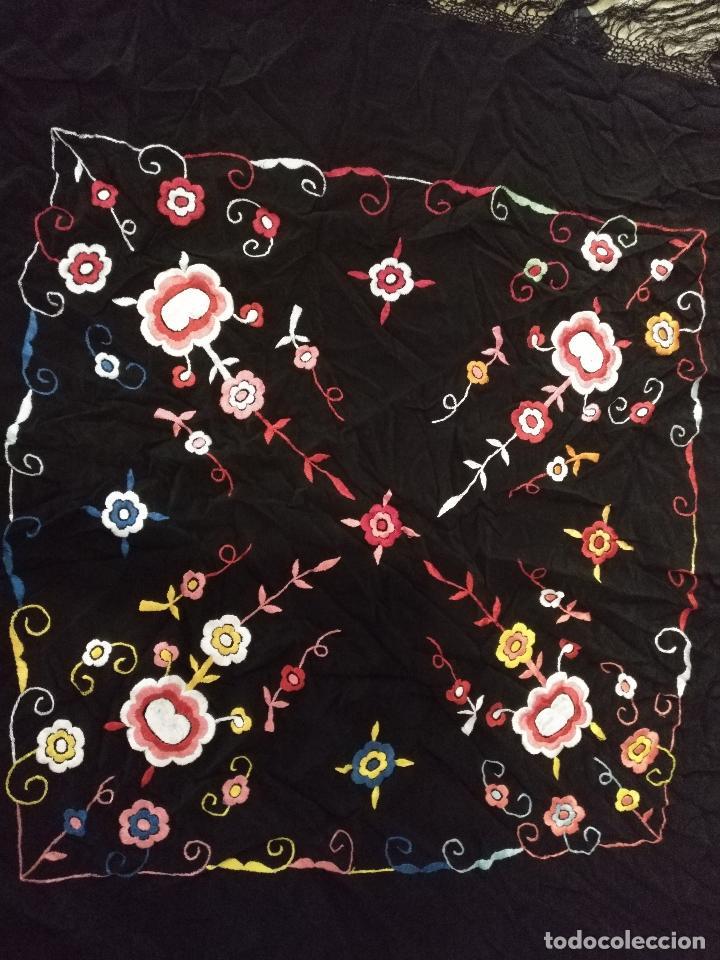 Antigüedades: gran antiguo manton bordado a mano con flecos rejilla , negro con flores de colores ver fotos leer - Foto 2 - 126629643