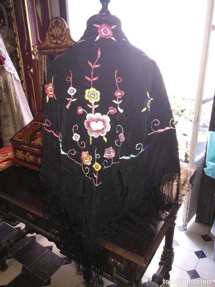 Antigüedades: gran antiguo manton bordado a mano con flecos rejilla , negro con flores de colores ver fotos leer - Foto 3 - 126629643
