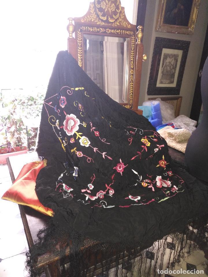 Antigüedades: gran antiguo manton bordado a mano con flecos rejilla , negro con flores de colores ver fotos leer - Foto 4 - 126629643