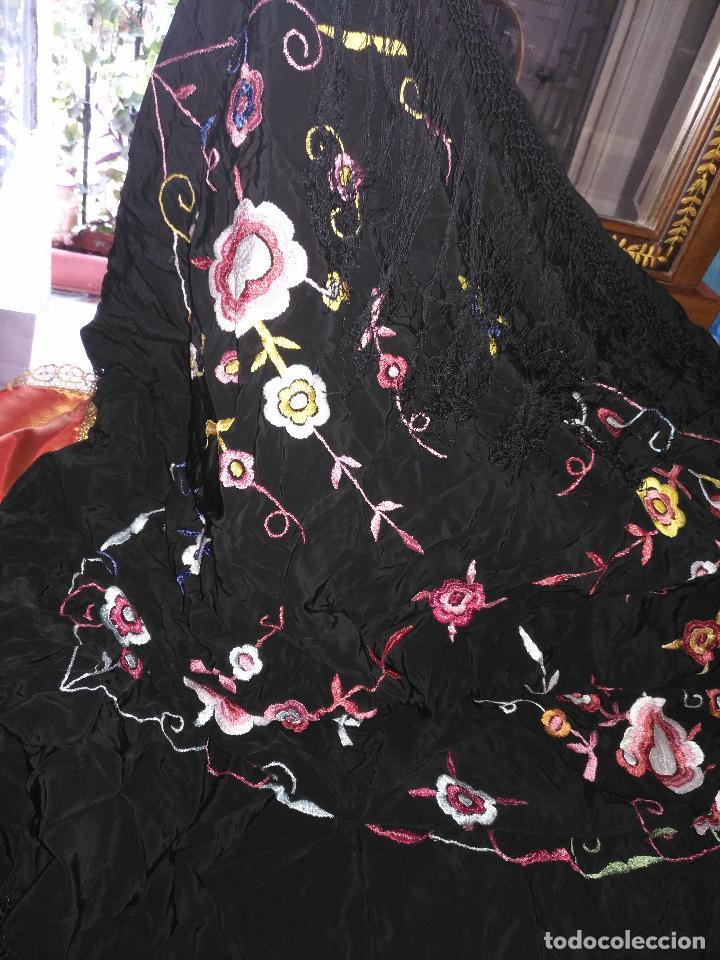 Antigüedades: gran antiguo manton bordado a mano con flecos rejilla , negro con flores de colores ver fotos leer - Foto 5 - 126629643