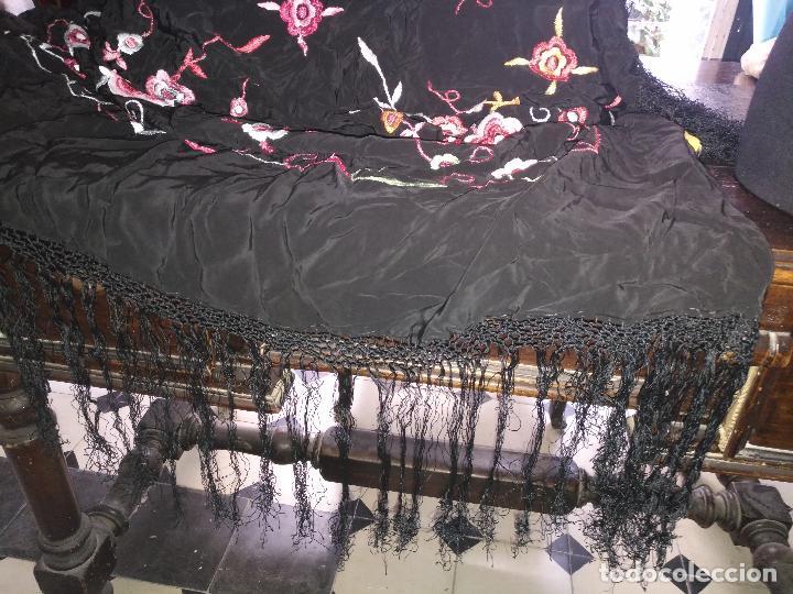 Antigüedades: gran antiguo manton bordado a mano con flecos rejilla , negro con flores de colores ver fotos leer - Foto 6 - 126629643