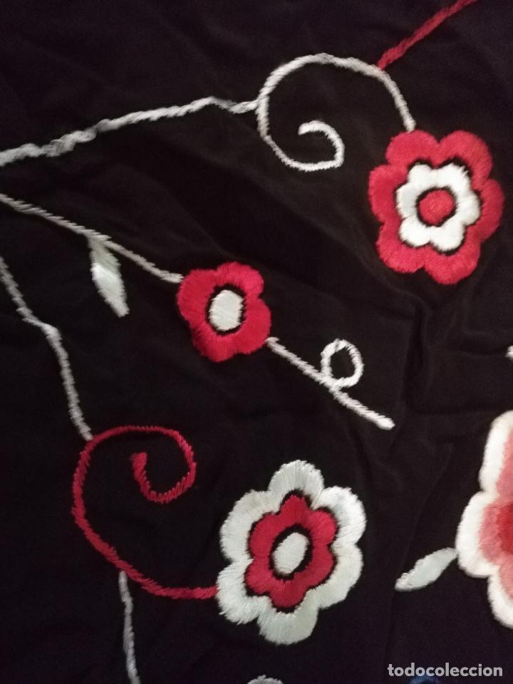 Antigüedades: gran antiguo manton bordado a mano con flecos rejilla , negro con flores de colores ver fotos leer - Foto 7 - 126629643