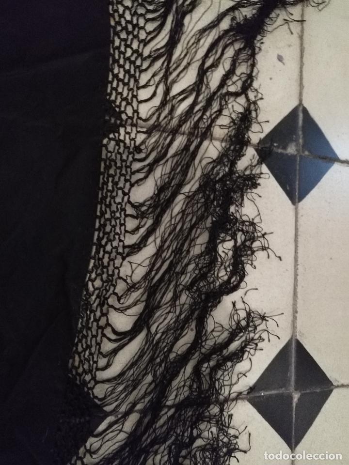 Antigüedades: gran antiguo manton bordado a mano con flecos rejilla , negro con flores de colores ver fotos leer - Foto 8 - 126629643