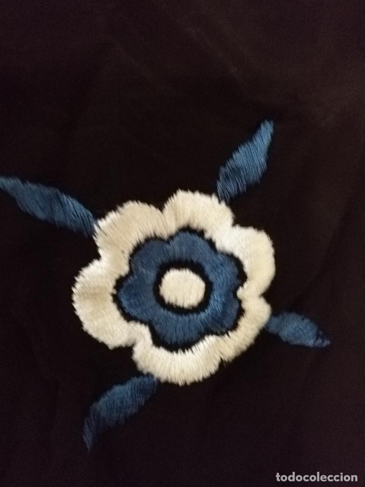 Antigüedades: gran antiguo manton bordado a mano con flecos rejilla , negro con flores de colores ver fotos leer - Foto 10 - 126629643