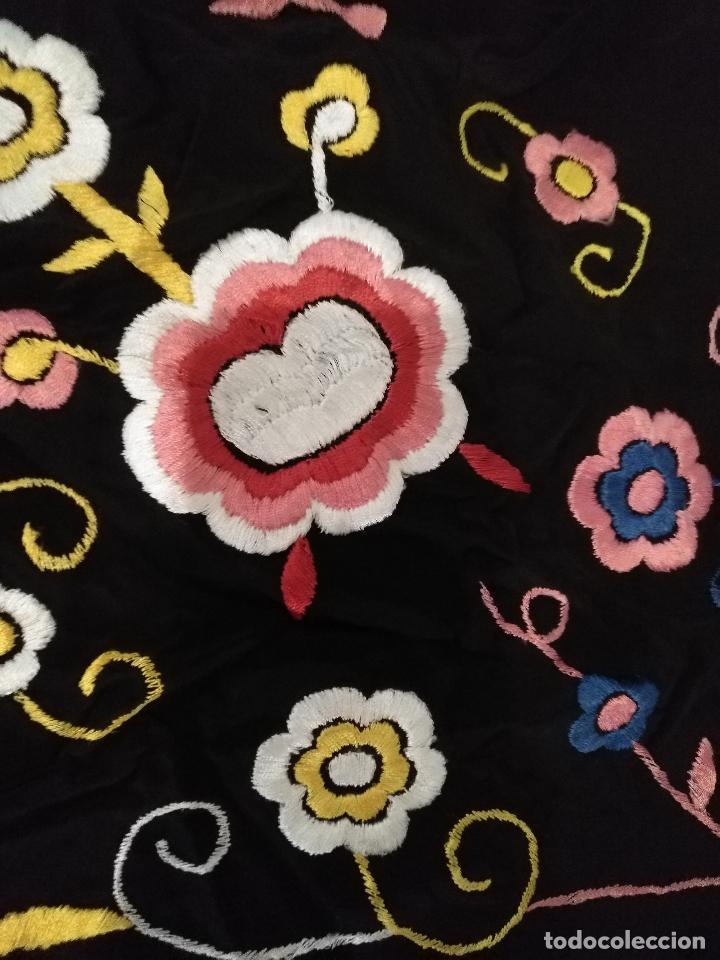Antigüedades: gran antiguo manton bordado a mano con flecos rejilla , negro con flores de colores ver fotos leer - Foto 11 - 126629643