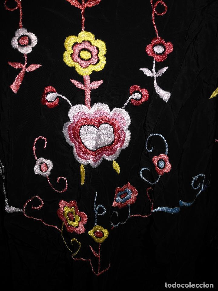 Antigüedades: gran antiguo manton bordado a mano con flecos rejilla , negro con flores de colores ver fotos leer - Foto 13 - 126629643