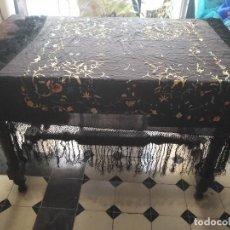 Antigüedades: ANTIGUO MANTON BORDADO A RESTAURAR FLECOS REJILLA , NEGRO CON FLORES DE COLORES VER FOTOS LEER. Lote 126631631