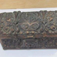 Antigüedades: ANTIGUO COFRE DE BRONCE CON GRABADOS. Lote 132310614