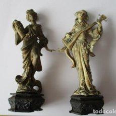 Antigüedades: LOTE DE 2 FIGURAS DE GEISHA DE PLÁSTICO. IMAGEN DE GEISHA CON JARRÓN EN LA MANO Y OTRA TOCANDO MUSI. Lote 126790139