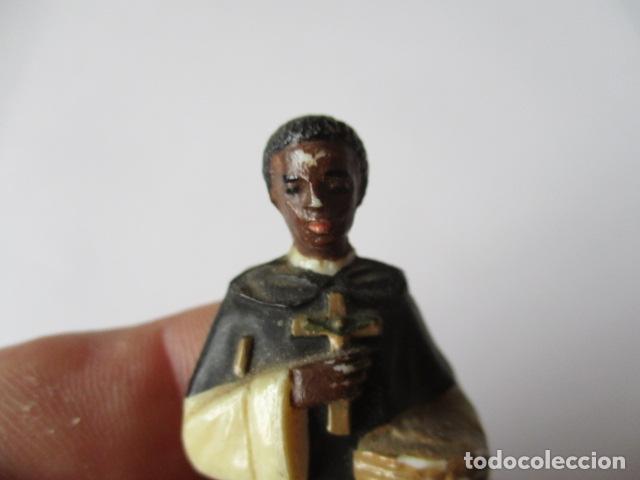 Antigüedades: PEQUEÑA FIGURITA DE SAN MARTIN DE PORRES , PLASTICO - 10 CM. - Foto 2 - 126791711
