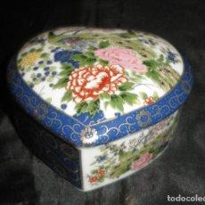 Antigüedades: CAJA JOYERO PORCELANA JAPONESA DECORADA CLOISONNE EN FORMA DE CORAZON. Lote 126810943