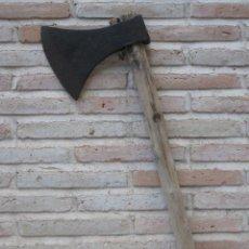 Antigüedades: HACHA METALICA ANTIGUA GRANDE EN HIERRO FORJADO.. Lote 126900959