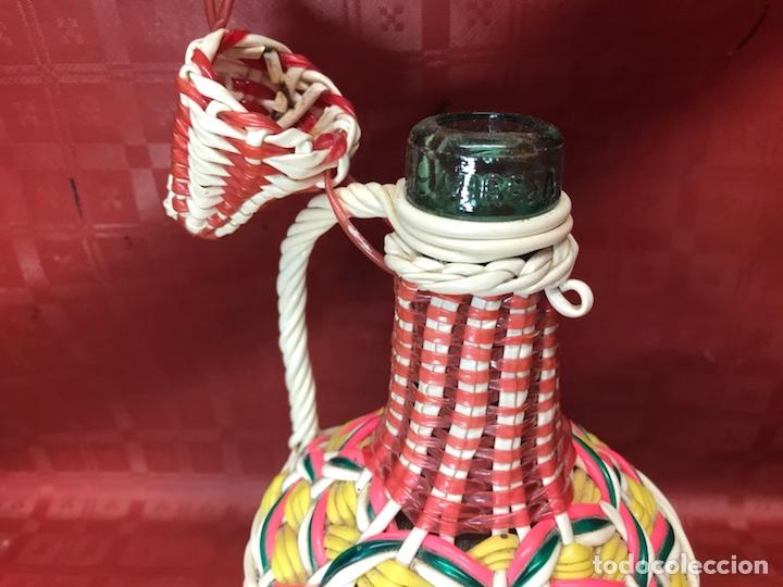 Antigüedades: Garrafa de un litro forrada de rafia de la vidriería viresa - Foto 2 - 126913694