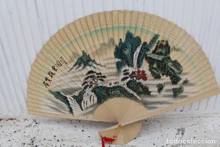 ABANICO ORIENTAL GRANDE- CHINA - VARILLAJE DE MADERA - CALADA - PINTADO A MANO- FIRMADO (Antigüedades - Moda - Abanicos Antiguos)
