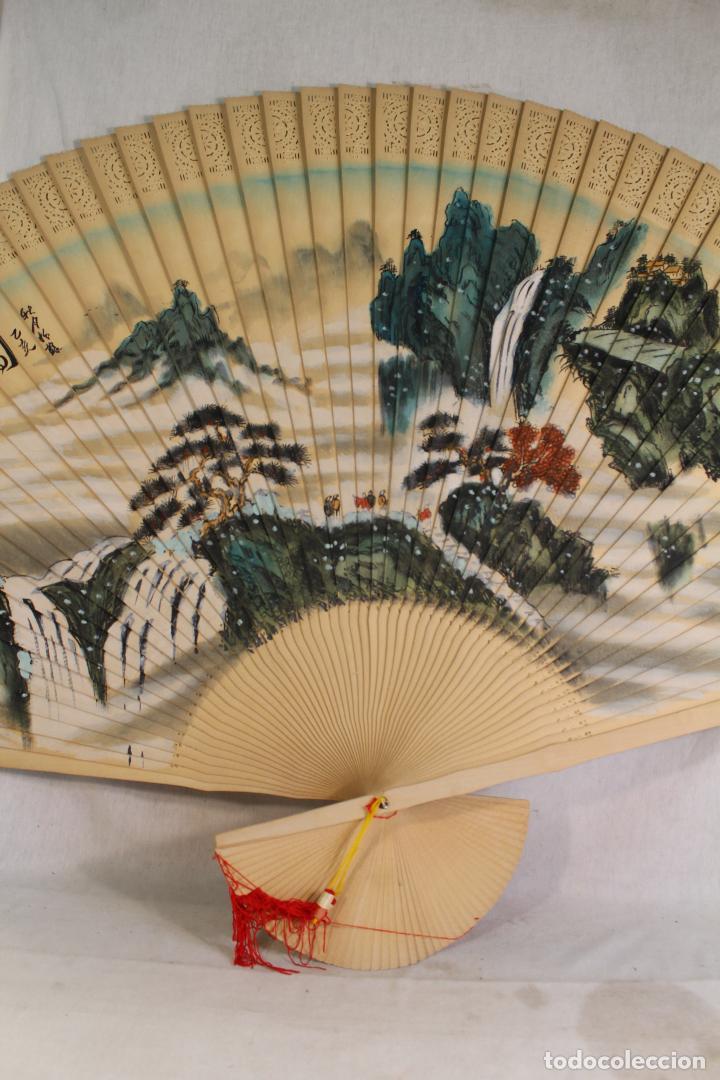 Antigüedades: Abanico Oriental grande- China - Varillaje de Madera - Calada - Pintado a Mano- Firmado - Foto 3 - 126924491