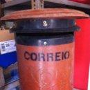 Antigüedades: BUZÓN DE CORREOS CORREIO, PORTUGUÉS. METÁLICO CON PEDESTAL DE PIE. ORIGINAL. Lote 115428515