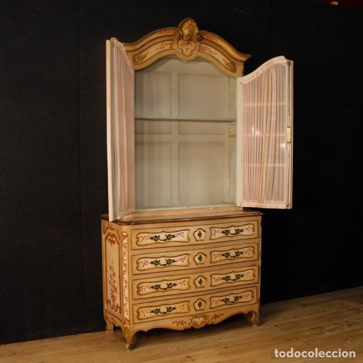 Antigüedades: Vitrina en madera lacada, pintada, tallada y dorada del siglo XX - Foto 5 - 126939899