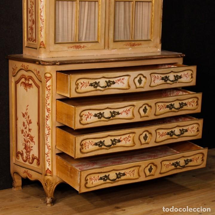 Antigüedades: Vitrina en madera lacada, pintada, tallada y dorada del siglo XX - Foto 6 - 126939899
