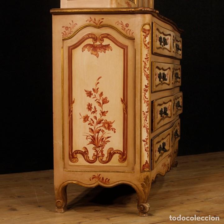 Antigüedades: Vitrina en madera lacada, pintada, tallada y dorada del siglo XX - Foto 7 - 126939899
