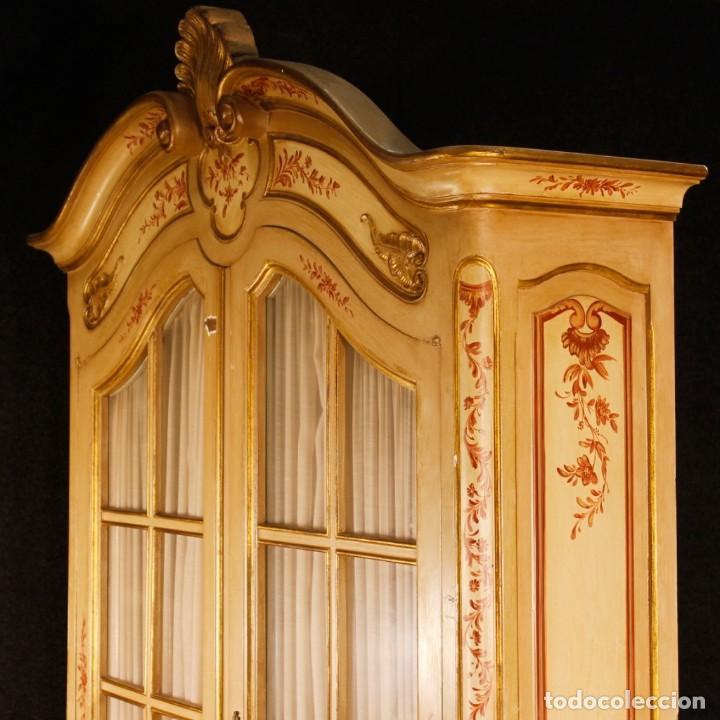 Antigüedades: Vitrina en madera lacada, pintada, tallada y dorada del siglo XX - Foto 10 - 126939899