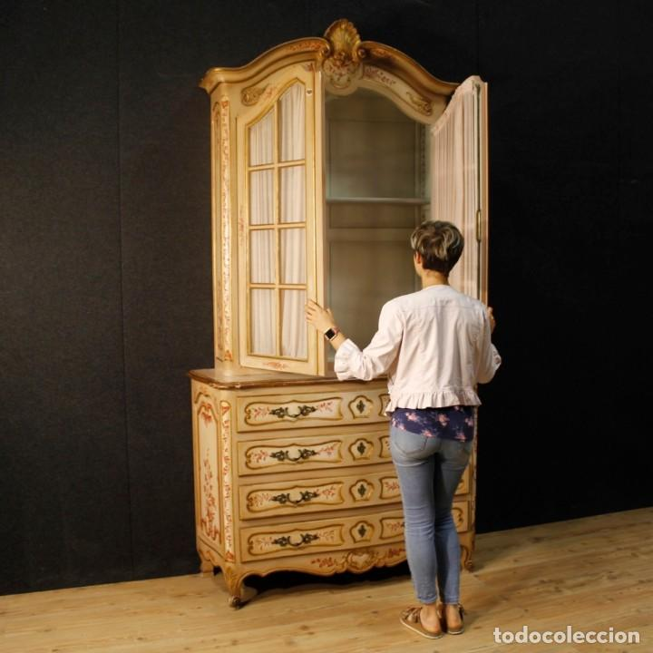 Antigüedades: Vitrina en madera lacada, pintada, tallada y dorada del siglo XX - Foto 12 - 126939899