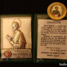 Antigüedades: PLACA SAN MARTIN DE PORRES CON RELIQUIA E INSIGNIA ALFILER. Lote 126975079