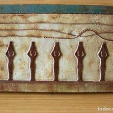 Antigüedades: AZULEJO-BALDOSA DE BARRO CON MOTIVOS EGIPCIOS EN RELIEVE.46 X 30 CM. Lote 127007651