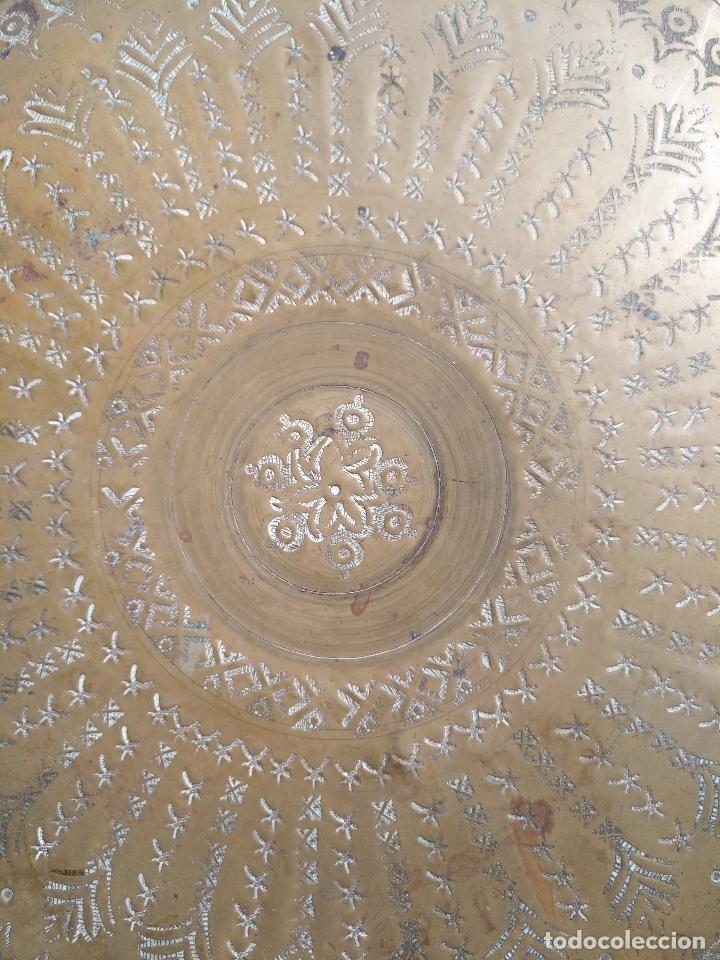 Antigüedades: antigua bandeja de té moruno original cincelada a mano , años 40 - metal dorado 31 cm diametro. - Foto 3 - 127110119