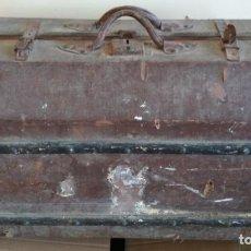 Antigüedades: MALETA DE MADERA FORRADA Y CON ADORNOS METALICOS TIPO BAUL DE MANO MUY ANTIGUA, SIGLO XIX. Lote 127140703