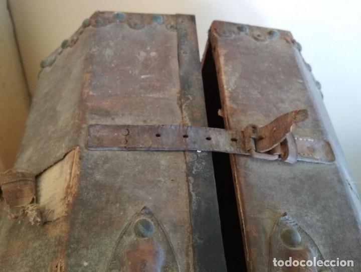 Antigüedades: MALETA DE MADERA FORRADA Y CON ADORNOS METALICOS TIPO BAUL DE MANO MUY ANTIGUA, SIGLO XIX - Foto 4 - 127140703