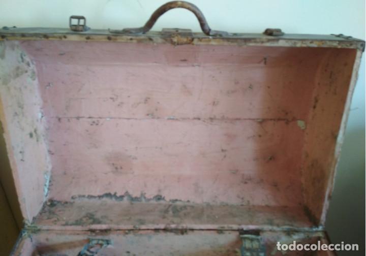 Antigüedades: MALETA DE MADERA FORRADA Y CON ADORNOS METALICOS TIPO BAUL DE MANO MUY ANTIGUA, SIGLO XIX - Foto 9 - 127140703