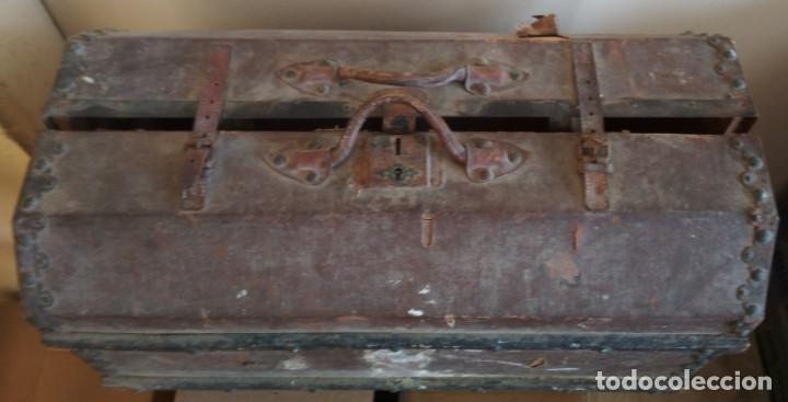 Antigüedades: MALETA DE MADERA FORRADA Y CON ADORNOS METALICOS TIPO BAUL DE MANO MUY ANTIGUA, SIGLO XIX - Foto 10 - 127140703
