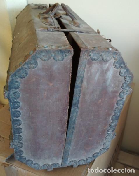 Antigüedades: MALETA DE MADERA FORRADA Y CON ADORNOS METALICOS TIPO BAUL DE MANO MUY ANTIGUA, SIGLO XIX - Foto 12 - 127140703