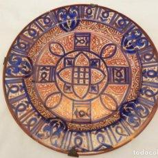 Antigüedades: ** PRECIOSO PLATO DE CERÁMICA REFLEJOS METALICOS MANISES 27 CMS **. Lote 127153635