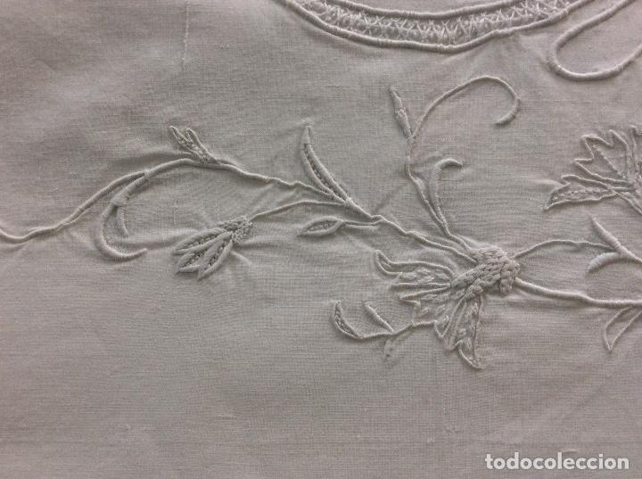 Antigüedades: Sabana con Impresionante bordado y puntilla de bolillos finales siglo XIX principios del XX - Foto 7 - 127254575