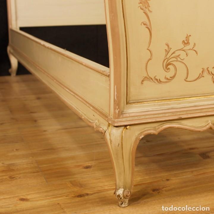 Antigüedades: Par de camas venecianas en madera pintada y tallada del siglo XX - Foto 6 - 127303475