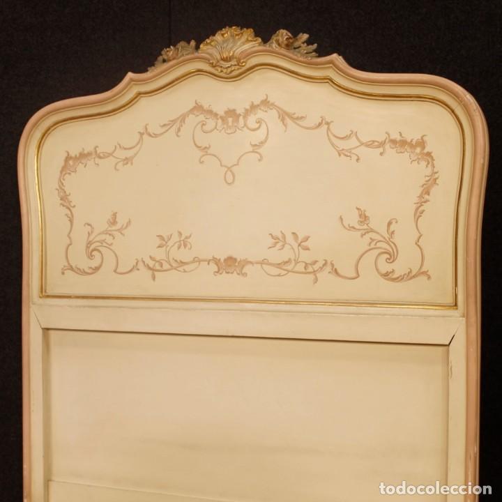 Antigüedades: Par de camas venecianas en madera pintada y tallada del siglo XX - Foto 11 - 127303475