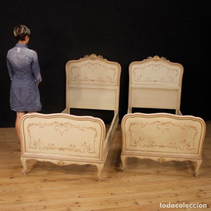 Antigüedades: Par de camas venecianas en madera pintada y tallada del siglo XX - Foto 12 - 127303475
