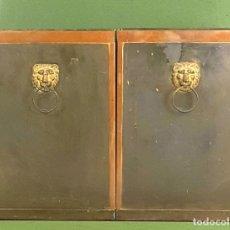 Antigüedades: PAREJA DE JARDINERAS EN LATÓN. ASAS CON MASCARÓN DE LEÓN. SIGLO XX.. Lote 127284463