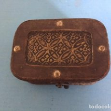 Antigüedades: CAJA DE MADERA CON CHAPA EN FRONTAL. Lote 127437003