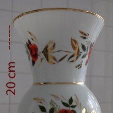 Antigüedades: JARRÓN DE OPALINA DECORADO PINTADO AL ORO MOTIVO FLORAL 20 CM DE ALTURA. Lote 127448847
