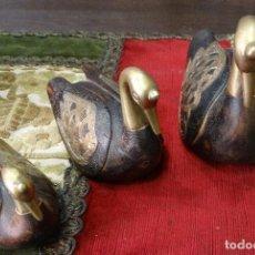 Antigüedades: FAMILIA DE CISNES DE MADERA Y BRONCE. Lote 127448919