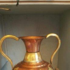 Antigüedades: JARRA DE COBRE CON ASAS Y ESTRELLAS DE LATÓN. Lote 127457747